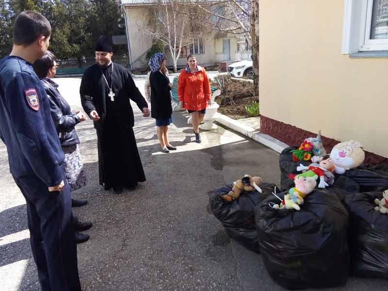 Подарки детям к Пасхе. Свято-Ильинский храм Саки